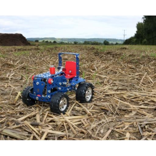 Tractor in tin 2.jpg